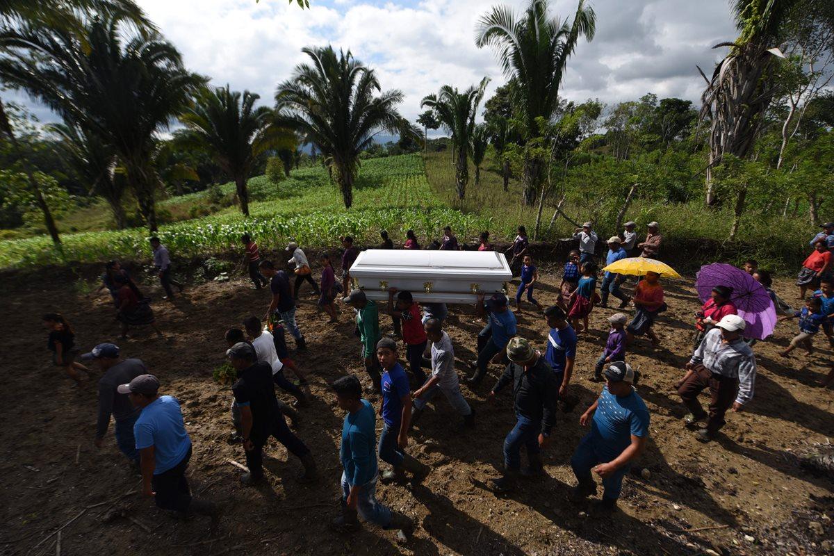 Vecinos de San Antonio Secortez llevaron en hombros el féretro de Jakelin Caal por distintos lugares de la comunidad. (Foto Prensa Libre: AFP)