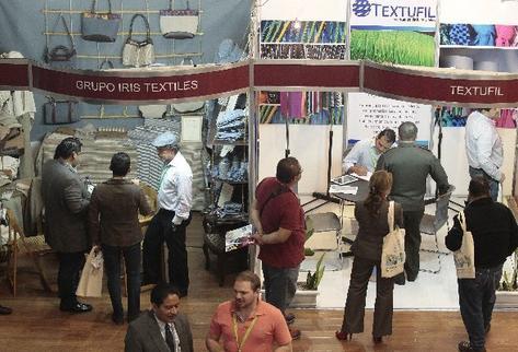 Compradores internacionales  visitan la feria de vestuario y textiles, que concluye mañana.