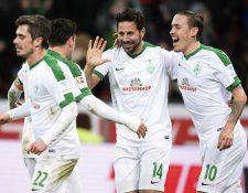 Pizarro festeja con sus compañeros del Werder Bremen. (Foto Prensa Libre: AP)