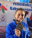 Ana Gabriela Martínez muestra la medalla que la acredita como campeona del mundo en raquetbol femenino. (Foto Prensa Libre: COG)