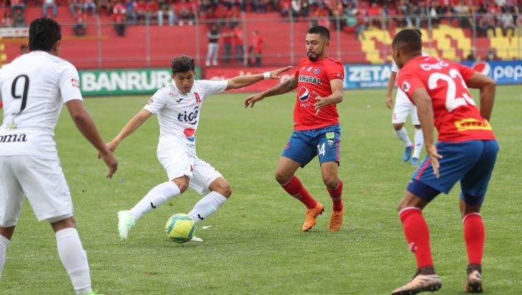 Municipal superó 2-0 al bicampeón de El Salvador. (Foto Prensa Libre: Francisco Sánchez)