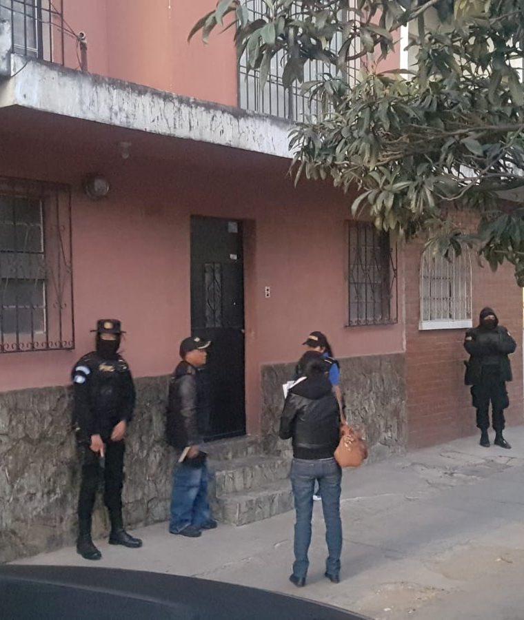 Agentes de la Deic-PNC en un operativo contra pandilleros e imitadores. (Foto Prensa Libre: PNC)