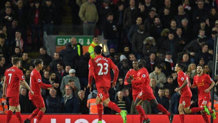 Los jugadores del Liverpool festejan eufóricos el triunfo contra el Arsenal (Foto Prensa Libre: AFP)