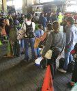 Personas abordan buses que los llevan a los departamentos. (Foto Prensa Libre: Carlos Hernández)