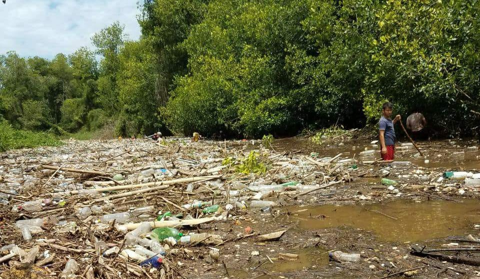 Toneladas de desechos se acumulan en el río Ocosito, en Tres Cruces, Retalhuleu, lo que causas preocupación a vecinos del sector. (Foto Prensa Libre: Cortesía Joel Archila)