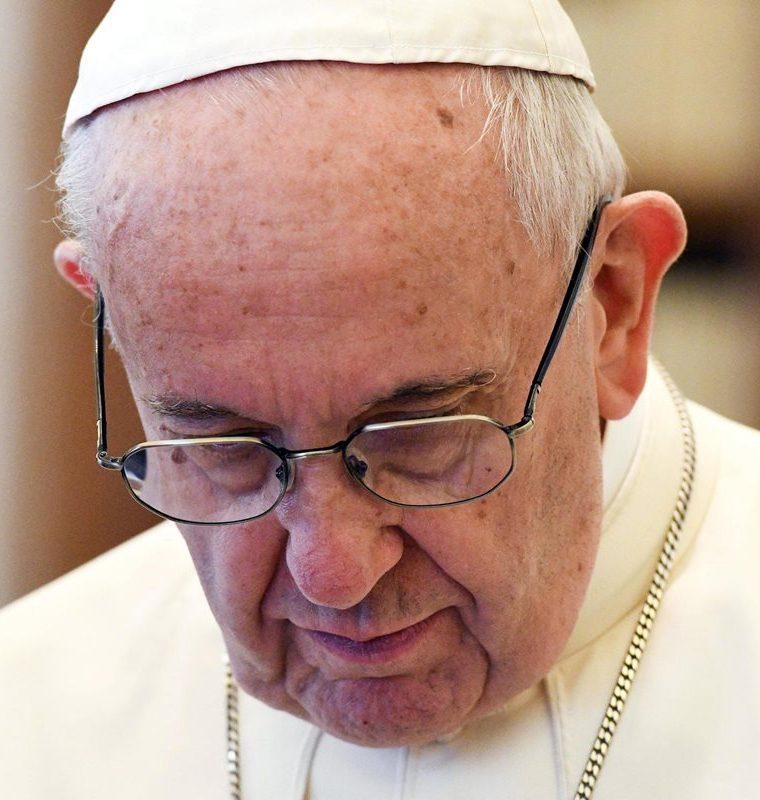 """El papa Francisco dijo sentirse """"vivamente apenado"""", y mandó condolencias a las familias. (Foto Prensa Libre: EFE)"""