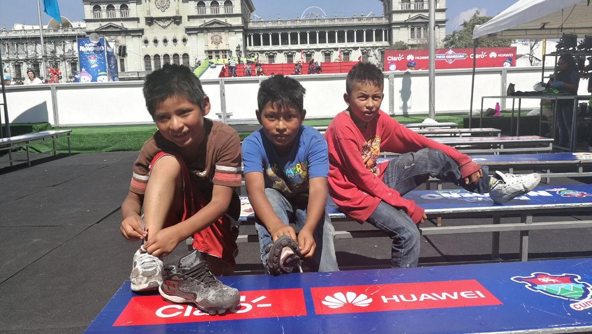 Niños disfrutan la pista de hielo del Festival Navideño en el Paseo de la Sexta