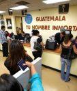 Migrantes guatemaltecos hacen trámites en el Consulado de Los Ángeles, California. (Foto Prensa Libre: Hemeroteca PL)