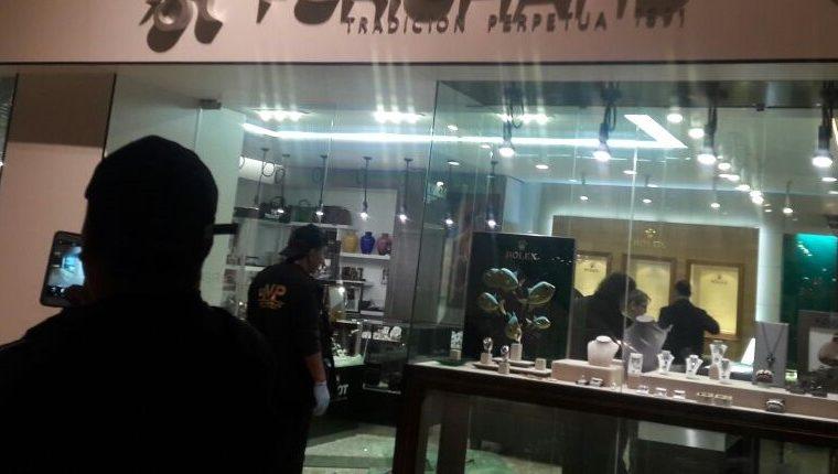 La relojería EnHora criticó la facilidad que tuvieron los ladrones para salir del centro comercial. (Foto Prensa Libre: Hemeroteca PL)