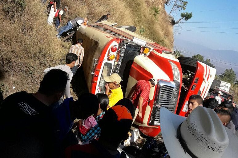 Bus accidentado en Salamá, Baja Verapaz. (Foto Prensa Libre: Cortesía).
