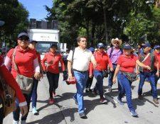 Joviel Acevedo -de camisa blanca- encabeza una protesta de maestros en la capital. (Foto Prensa Libre: Hemeroteca PL).