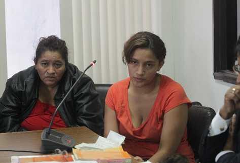 Carmen Mayén y su hija Jenny López escuchan la resolución del juez Carlos Aguilar, que las envió  a prisión preventiva.