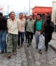 Fuerzas de seguridad trasladan a cuatro hermanos en Jalapa, sindicados de haber agredido a su madre. (Foto Prensa Libre: PNC)