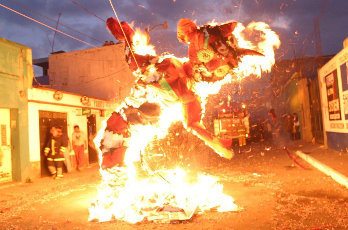Miles de guatemaltecos celebran la tradicional quema del diablo cada 7 de diciembre. (Foto Hemeroteca PL)