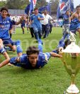 Los jugadores cobaneros se tiraron a la gramilla del estadio Mateo Flores para festejar el primer ti?tulo de su historia. (Foto: Hemeroteca PL)