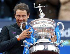 El español Rafael Nadal, quinto jugador del ranquin mundial, con el trofeo tras haber ganado el Barcelona Open Banc Sabadell-Trofeo Conde de Godó. (Foto Prensa Libre: EFE).