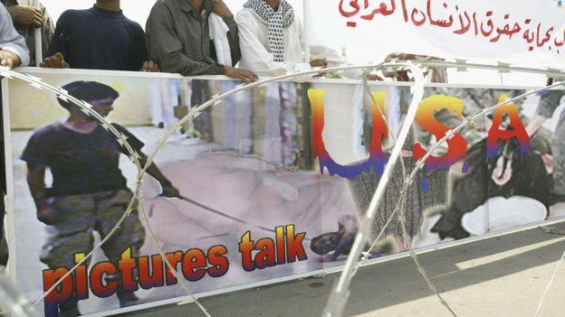 Imagen de los abusos ocurridos en Abu Ghraib utilizada durante una protesta en Bagdad. GETTY IMAGES