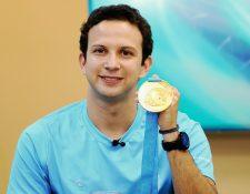 Kevin Cordón muestra orgulloso la medalla que ganó en Toronto. (Foto Prensa Libre: Francisco Sánchez)
