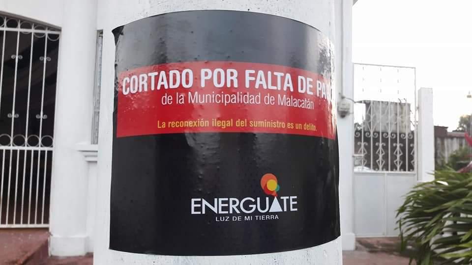 En los postes de alumbrado público se observa este aviso que colocó Energuate. (Foto Prensa Libre: Whitmer Barrera)