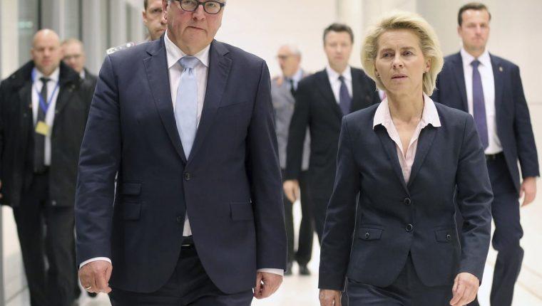 El ministro alemán de Asuntos Exteriores, Frank-Walter Steinmeier (i) y la titular de Defensa, Ursula von der Leyen. (Foto Prensa Libre: EFE).