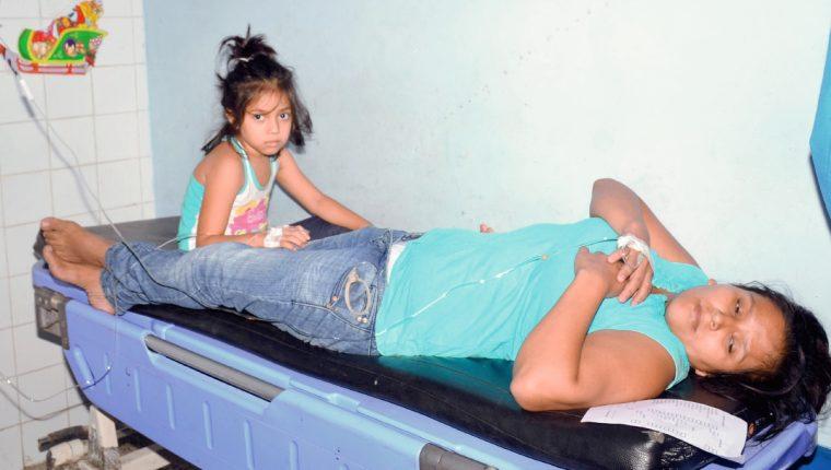 Los integrantes de la familia Hichos en el hospital local. (Foto Prensa Libre: Víctor Gómez)