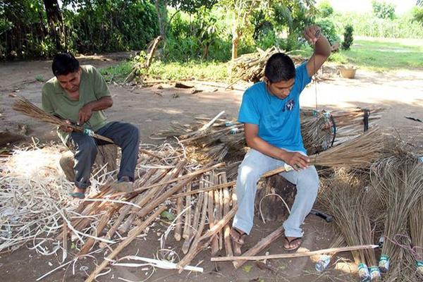 La familia López utiliza el patio de su casa como área de trabajo, donde  elabora 40 escobas por día. (Foto Prensa Libre: Rolando Miranda)
