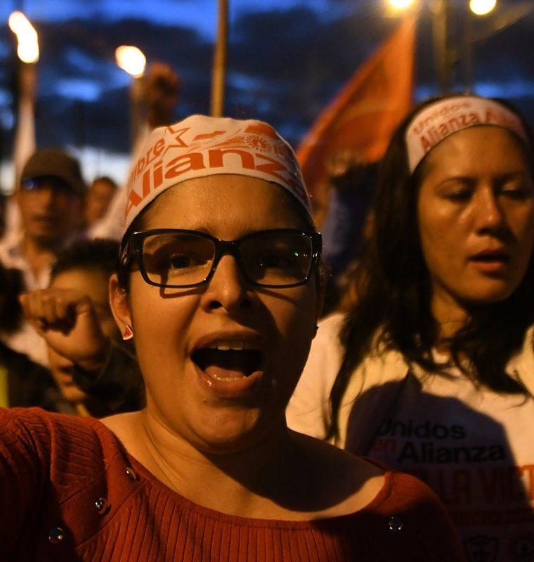 Hondureños han salido a las calles para protestar en contra de los resultados oficiales del TSE que oficializaron victoria de Juan Orlando Hernández. (Foto Prensa Libre: AFP)