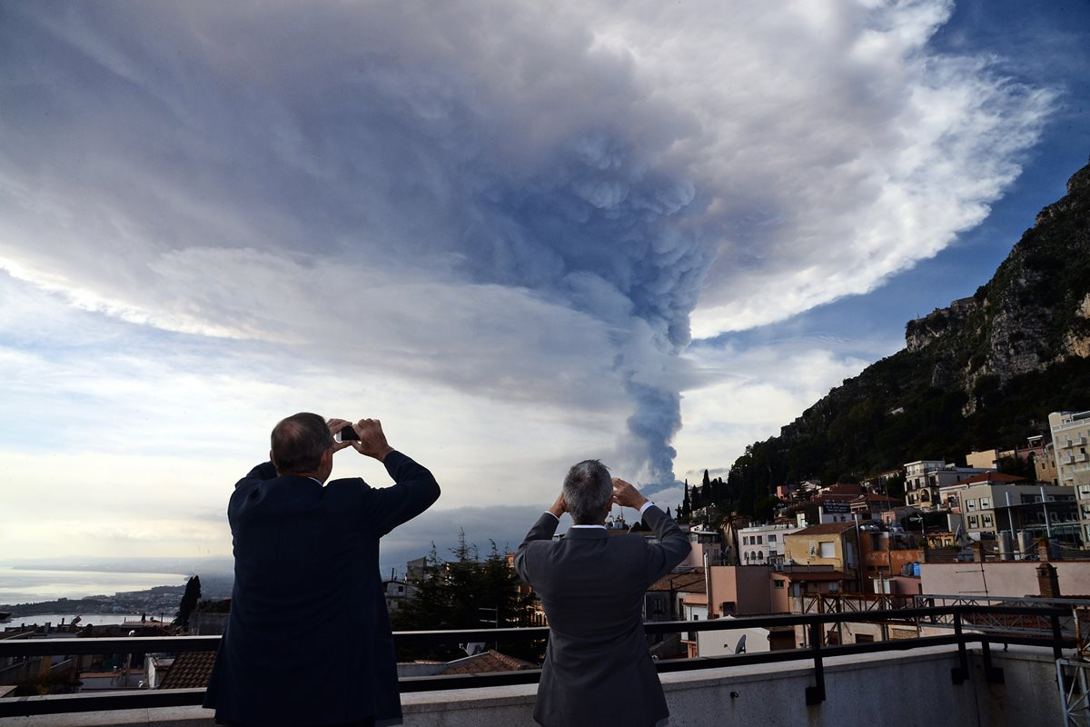 Espectacular erupción del volcán Etna en Sicilia