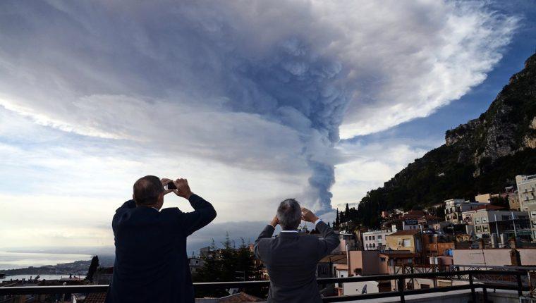 Curiosos fotografían la actividad eruptiva del volcán Etna. (Foto Prensa Libre: AFP).