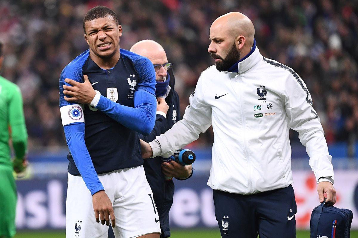 Kylian Mbappé tuvo que abandonar el partido por la lesión en el hombro. (Foto Prensa Libre: AFP)