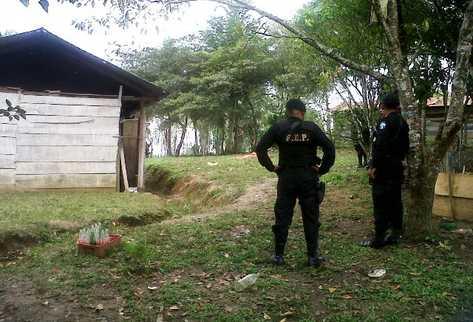 Fuerzas especiales de la PNC observan la vivienda donde ocurrió la matanza de ocho personas. (Foto Prensa Libre: Rigoberto Escobar)