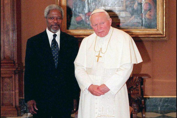 El Papa Juan Pablo II conversa con Annan, durante una reunión privada en el Vaticano, el 15 de abril de 1997.