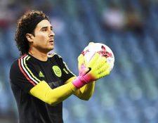 El portero mexicano Guillermo Ochoa, señaló que prefiere perseguir sus sueños que el dinero. (Foto Prensa Libre: EFE)