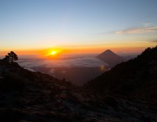 Los amaneceres y paisajes que se observan desde lo alto deleitan a los visitantes de los volcanes. (Foto Prensa Libre: Cortesía Jaime Carillo)