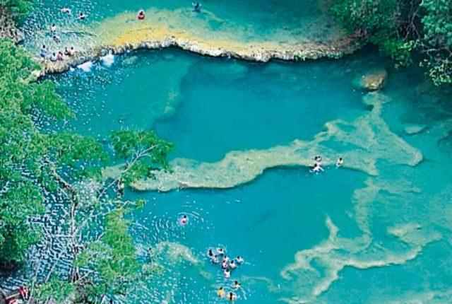 Semuc Champey, ubicado en Alta Verapaz, es uno de los destinos turísticos más visitados en el país. (Foto, Prensa Libre: Hemeroteca PL)