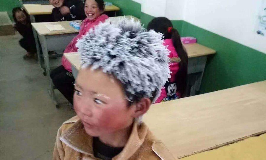 Wang Fuman debe caminar unos cuatro kilómetros de su casa a la escuela diariamente, a pesar de las gélidas temperaturas registradas en los últimos días. (Foto Prensa Libre: Twitter @ChinaLifeng)