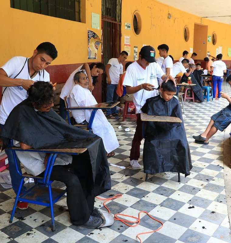 En el albergue habilitado en la Escuela Tipo Federación José Martí un grupo de jóvenes del Intecap realizaron cortes de cabello a los damnificados. (Foto Prensa Libre: Carlos Paredes)