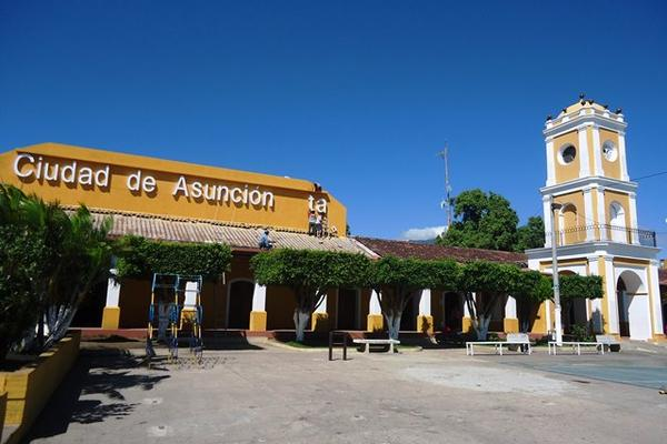 Trabajadores de la comuna de Asunción Mita colocan en el salón  municipal el nombre acordado por el Concejo. (Foto Prensa Libre: Óscar  González)