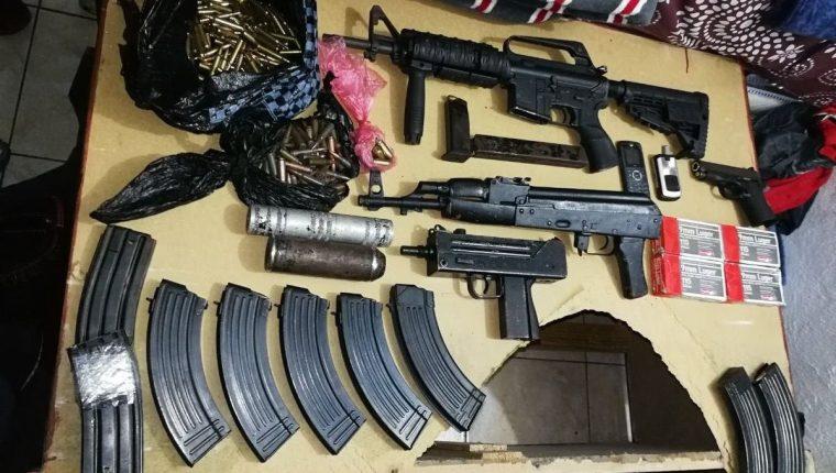 """Fusiles, pistolas, chaleco antibalas, municiones de diferentes calibres y dos kilos de cocaína es lo decomisado a Gamez Reyes alias """"el pulga"""" del barrio 18. (Foto Prensa Libre: Cortesía PNC)"""