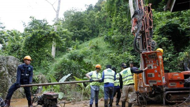 Las autoridades intentaron perforar agujeros en las paredes de la cueva para ayudar a drenar el agua.(EPA)