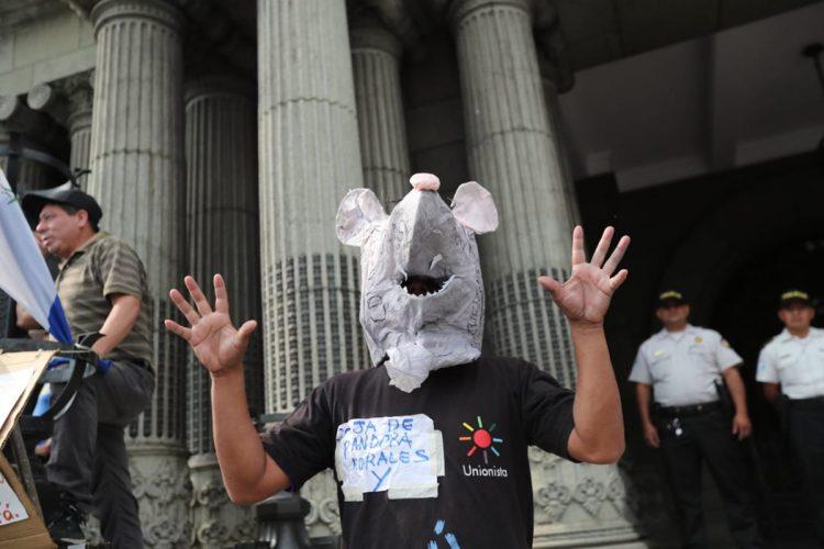 Este manifestante señala de corrupción a Jimmy Morales y al partido Unionista