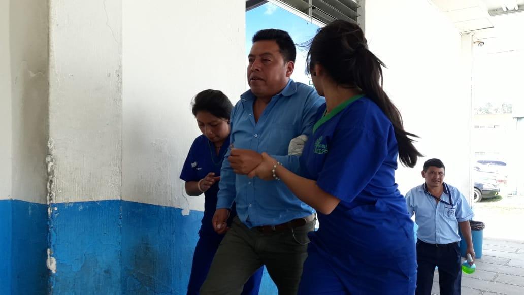 Los ediles de Patzicía, Chimaltenango, tienen golpes en distintas partes del cuerpo. (Foto Prensa Libre: Cortesía Víctor Chamalé)