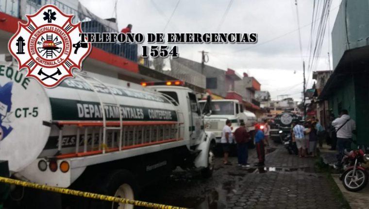 Los socorristas utilizaron varias motobombas para apagar el incendio que dejó una persona fallecida, en Coatepeque, Quetzaltenango. (Foto Prensa Libre: Cortesía Bomberos Municipales Departamentales)
