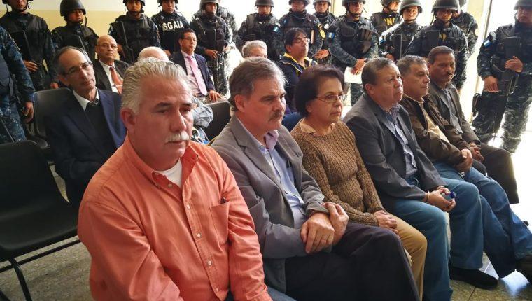 Los detenidos escuchan el motivo de sus detención. (Foto Prensa Libre: Paulo Raquec)