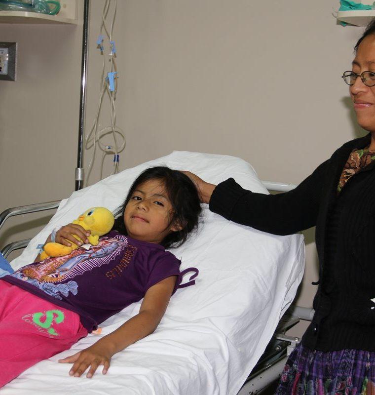 La mayor parte de pacientes que fueron atendidos en la jornada médica en Patzún, Chimaltenango, son niños. (Foto Prensa Libre: Cortesía)