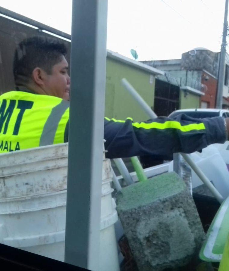 Todos los obstáculos decomisados son remitidos a un juzgado de Tránsito. (Foto Prensa Libre: Cortesía PMT)