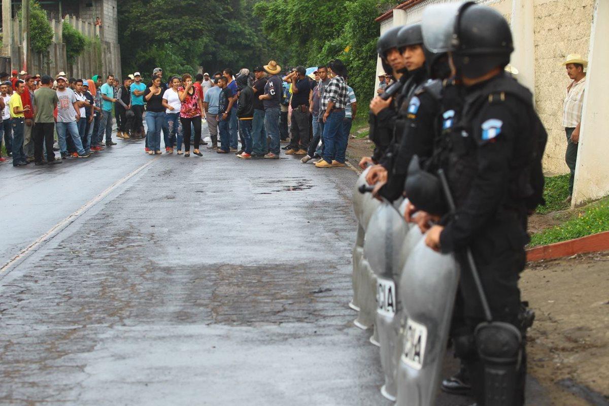 El grupo de agentes antimotines de la PNC se encuentra en la entrada al municipio. (Foto Prensa Libre: Álvaro Interiano)