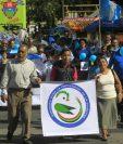 Decenas de personas participan de la caminata en conmemoración del Día Mundial contra la Diabetes. (Foto Prensa Libre: Edwin Bercián)