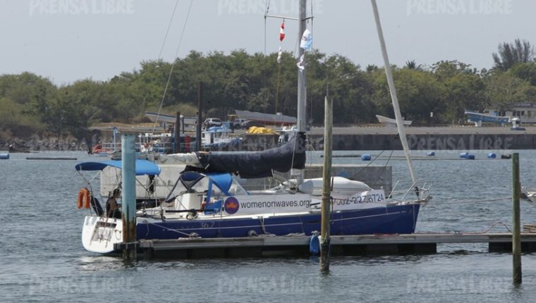 Barco de la organización Womens on Waves que practica abortos en aguas internacionales. (Foto Prensa Libre: Hemeroteca PL)