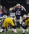 Tom Brady da instrucciones a sus compañeros durante una jugada frente a los Pittsburgh Steelers. (Foto Prensa Libre: AFP)